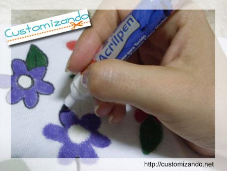 Camiseta customizada com flores feita com caneta para tecido