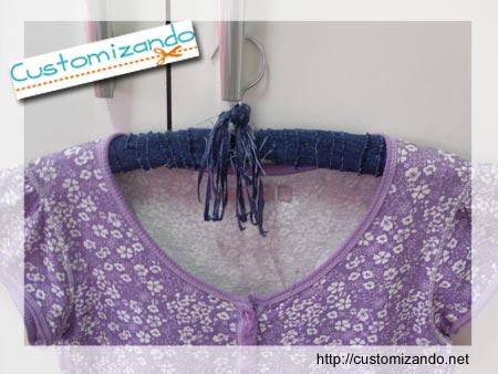 Customizando - customização de cabide de roupas com retalhes de jeans