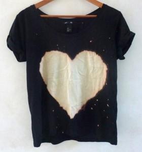 customizando-camiseta-coracao-agua-sanitaria