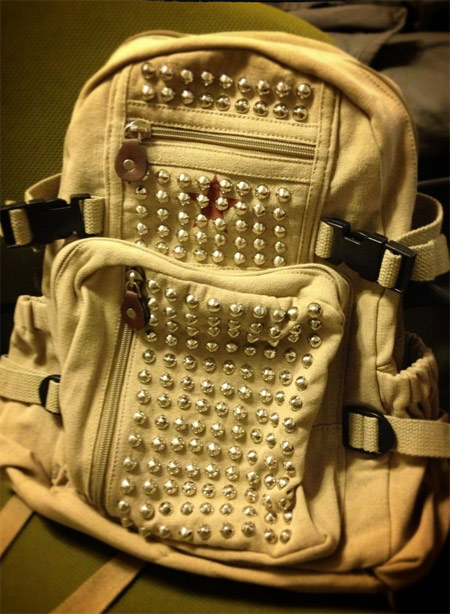 Mochila customizada com tachinhas e spikes