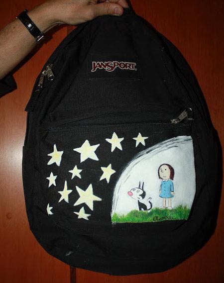 Mochila customizada com pintura de desenho