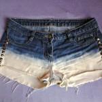 Short jeans descolorido com tachas