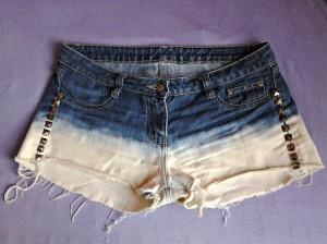 short jeans descolorido e com tachas