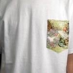 Camiseta com bolso estampado