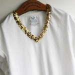 Camiseta branca com decote bordado de lantejoulas