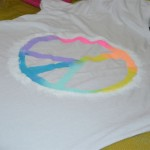 DIY: T-shirt com estampa peace rainbow