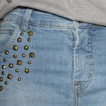 Tachinhas perto dos bolsos da calça jeans