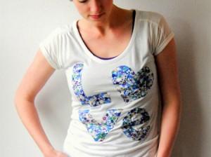 camiseta com aplicação de palavra com tecido estampado