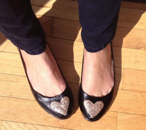 customização de sapatilha com coração de glitter