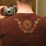 Blusinha com bordado nas costas