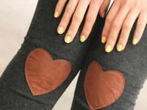 Calça legging com coração no joelho