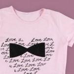 Camiseta com coração e laço