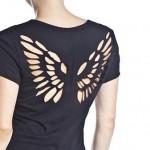 Camiseta com asas recortadas nas costas