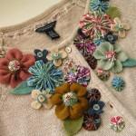 Cardigã customizado com flores