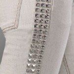 Calça jeans com tachinhas na lateral