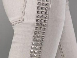 customização de calça jeans com tachinhas na lateral