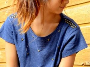 camiseta com tachinhas nos ombros