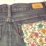 Short jeans customizado com bolso floral