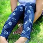 Calça jeans customizada com flores