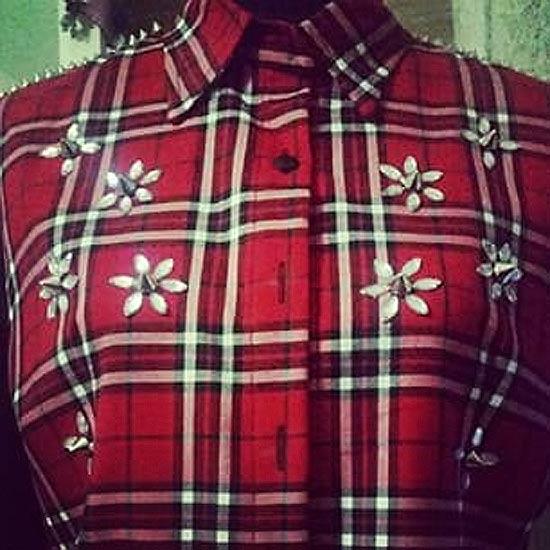 Camisa xadrez customizada com tachinhas e pedraria
