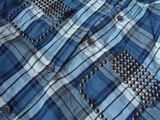 Camisa xadrez customizada com tachinhas nos bolsos
