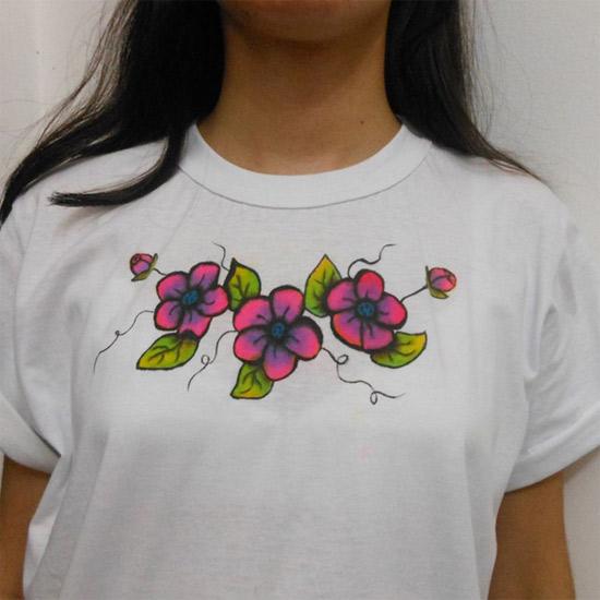 camiseta com flores
