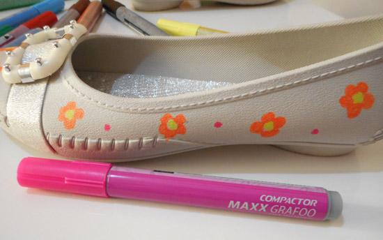 Sapatilha customizada com caneta permanente